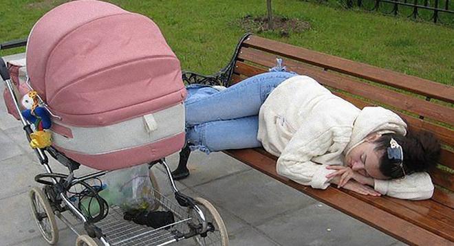 Девушка лежала на лавочке, а в коляске плакал малыш | В Тренде